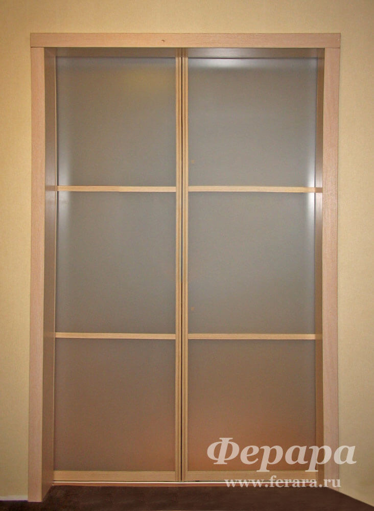 Дверь со стеклом для гардеробной комнаты